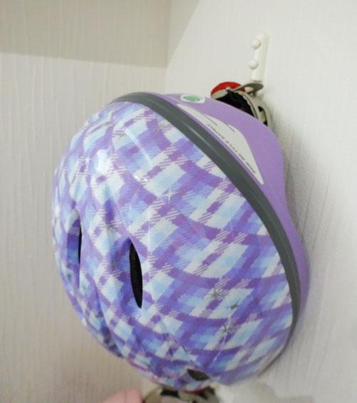玄関ドアのすぐ横にフックを付けて、ヘルメットを引っ掛けています。