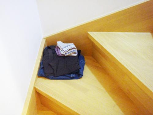階段に服を置く